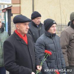 КПРФ – Возложение цветов у бюста Сталина-004