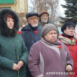 КПРФ – Возложение цветов у бюста Сталина-005